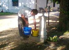 Agriturismo Al Giuggiolo - Con i pescatori la nostra fontana fa il suo dovere!